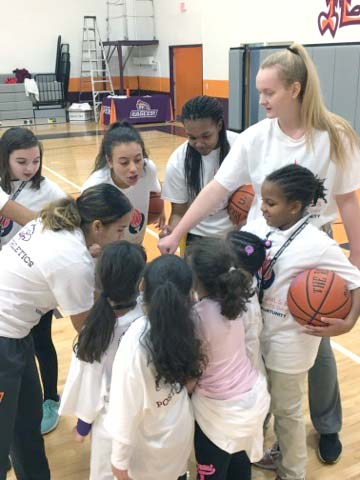 Women's Basketball working with local kids